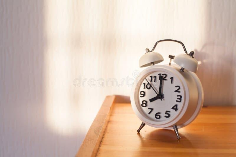 de klok van 8 o ` in de ochtend, wekker stock afbeeldingen