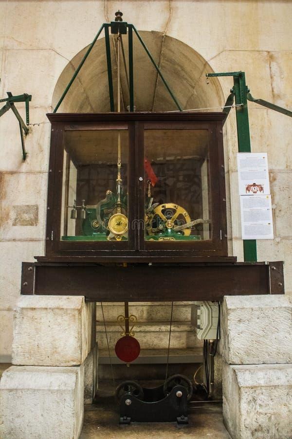 De klok van Ruaaugusta arch in Lissabon Portugal stock foto's