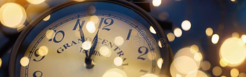 De klok van twaalf o ` op Nieuwjaar` s Vooravond stock foto's