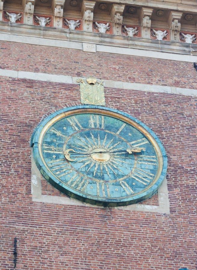 De klok van de Wawelkathedraal op klokketoren in Krakau, Polen, vergulde zon in de midden en Roman cijfers royalty-vrije stock foto's