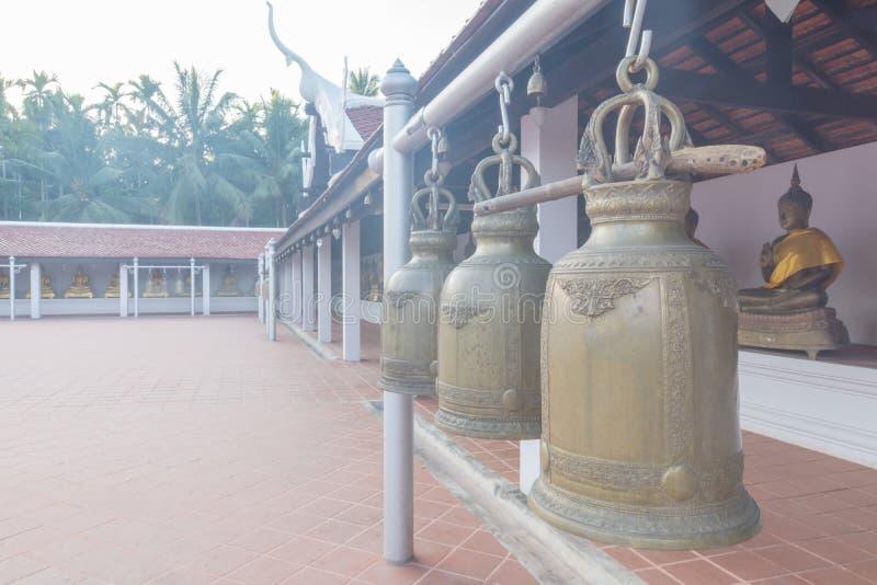 De klokken in de boeddhistische tempel van ` s in Thailand royalty-vrije stock foto's
