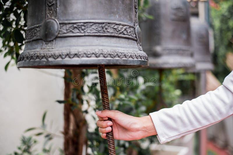 De klokken in grote tempels zijn voor de toewijding stock afbeelding