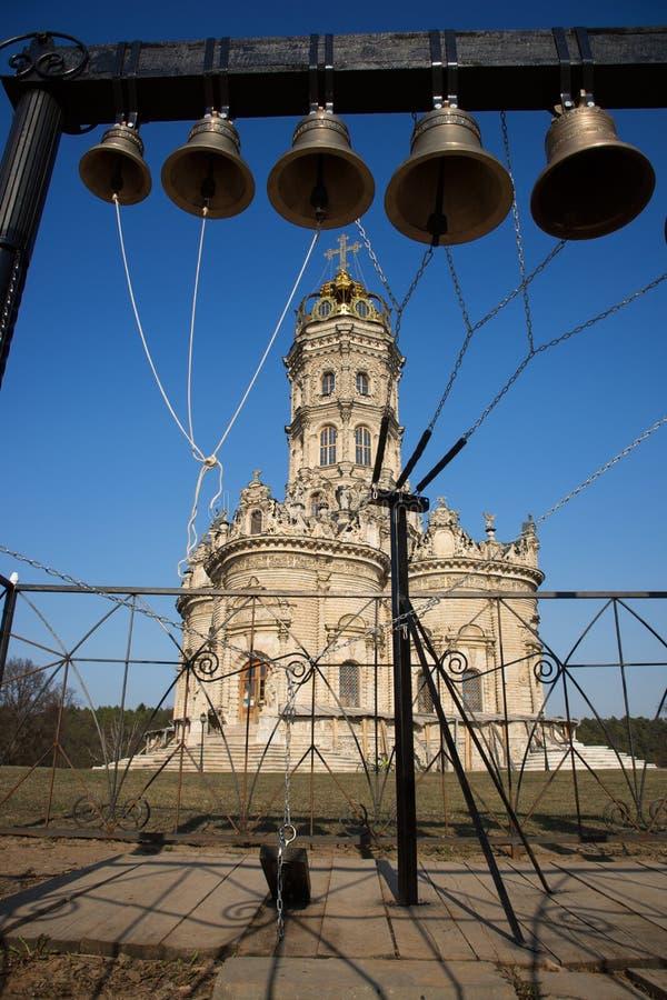 De klokken op de achtergrond van de kerk Dorp Dubrovitsy, M royalty-vrije stock afbeeldingen