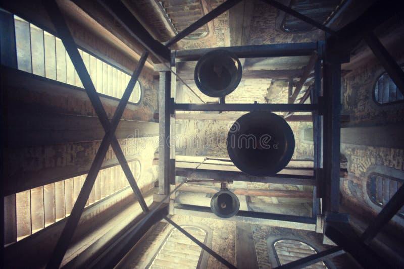 De klokken van de kerk in een toren stock foto's