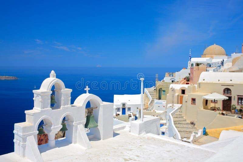 De klokken van de kerk op eiland Santorini stock fotografie