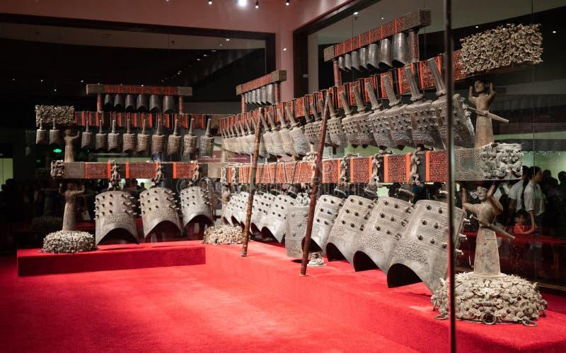 De klokken van het Bianzhongklokkengelui een oude Chinese brons muzikale instrumenten binnen het Provinciale Museum van Hubei in  stock fotografie