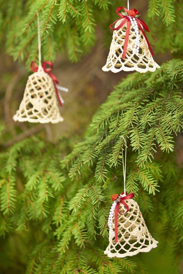 De klokken van het Kerstmiskant met rode linten stock afbeeldingen
