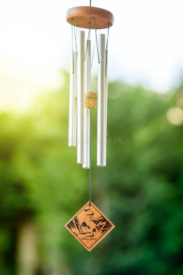 De klokkengelui van Fengshui met aard op de achtergrond royalty-vrije stock afbeeldingen
