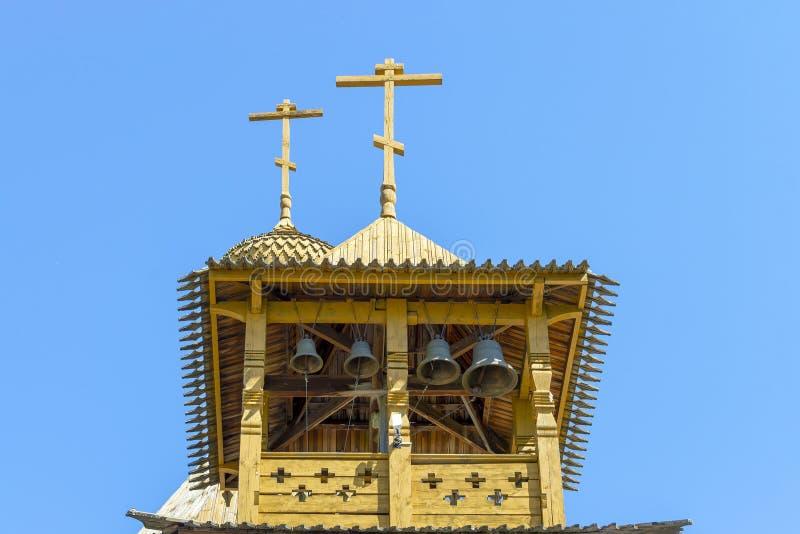 De klokkentoren van een houten orthodoxe christelijke kerk Kruisjes op de koepels royalty-vrije stock foto
