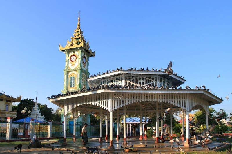 De klokketoren in de stad van Mandalay, Myanmar royalty-vrije stock foto's