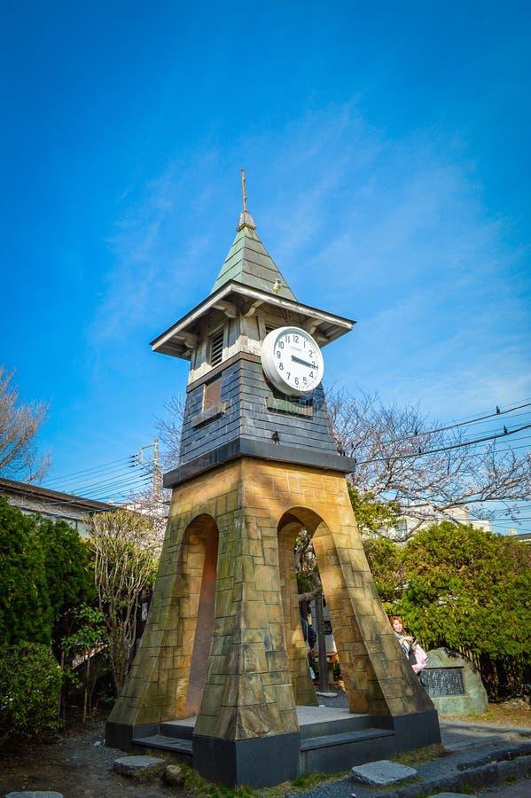 De klokketoren is dichtbij Kamakura-station Kanagawa, Japan stock afbeelding