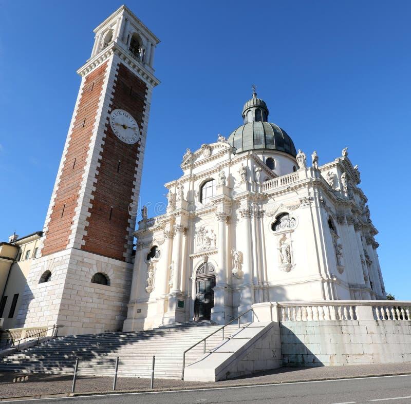 De klokketoren en de Basiliek van Berico zetten in Vicenza City in I op stock afbeelding