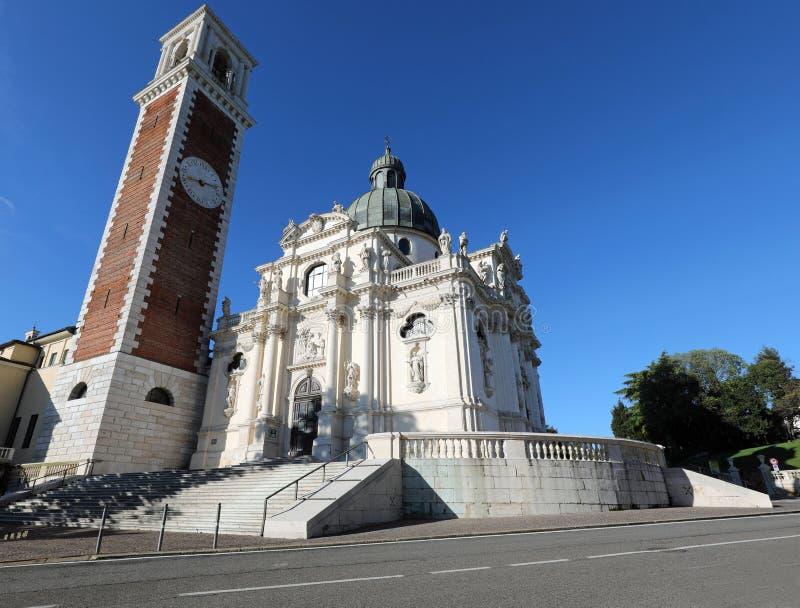 De klokketoren en de Basiliek van Berico zetten in Vicenza City in V op stock fotografie