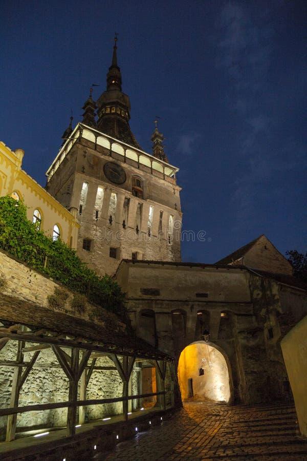 De klokketoren in Sighisoara, oude stad in Roemenië schreef op de Unesco-lijst in stock foto