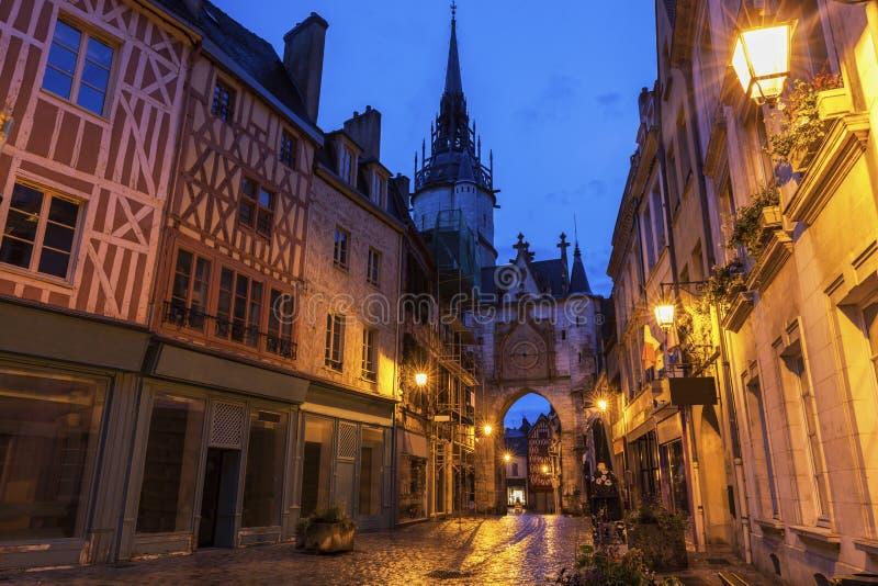 De Klokketoren van Auxerre bij nacht stock afbeeldingen