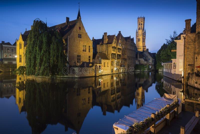 De Klokketoren van Brugge in de Avond stock foto