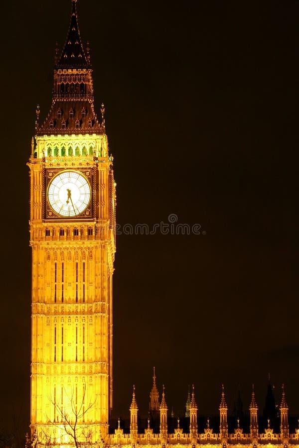 De klokketoren van de Big Ben bij nacht stock afbeeldingen