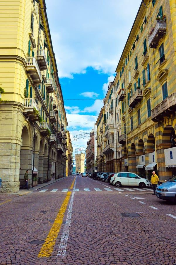 De Klokketoren van Savona, Straat met Gele Gebouwen, Reis Italië, Italiaanse Uitstekende Architectuur royalty-vrije stock fotografie