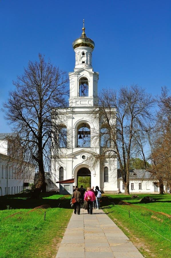 De klokketoren van Yuriev-Klooster in Veliky Novgorod, Rusland stock afbeelding