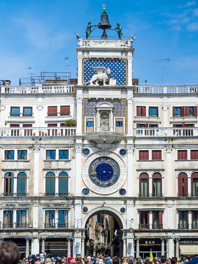De Klokketoren in Venetië, die op de het noordenkant voortbouwen van Piazza San Marco stock fotografie