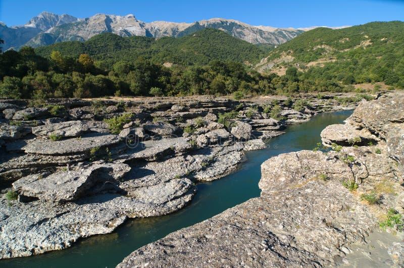 De Kloof van de rivier in Albanië stock foto's