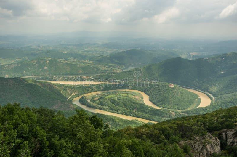 De Kloof van Ovcarkablar, Servië Meanders van de rivier van het Westenmorava, mening royalty-vrije stock foto's