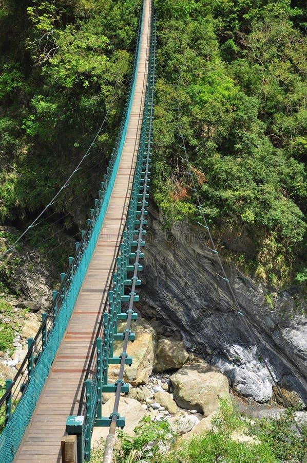 De Kloof van Taroko, Taiwan Houten opgeschorte brug stock afbeeldingen