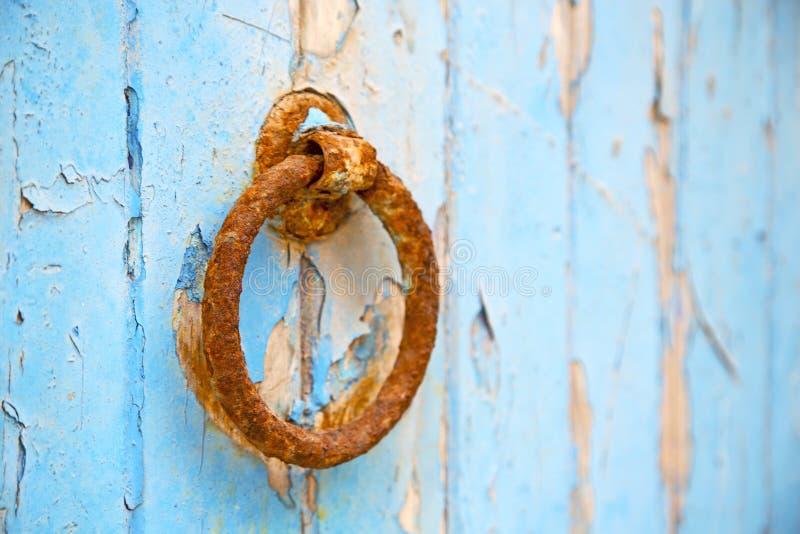 de kloppers van Marokko in Afrika de oude houten voorgevel stock fotografie