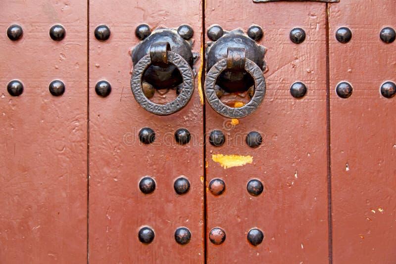 de kloppers van Marokko in Afrika het oude houten rode hangslot royalty-vrije stock fotografie