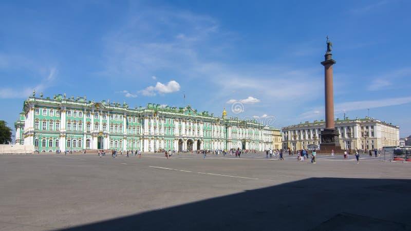 De Kluismuseum van het de winterpaleis en de kolom van Alexander op Paleisvierkant, Heilige Petersburg, Rusland stock foto
