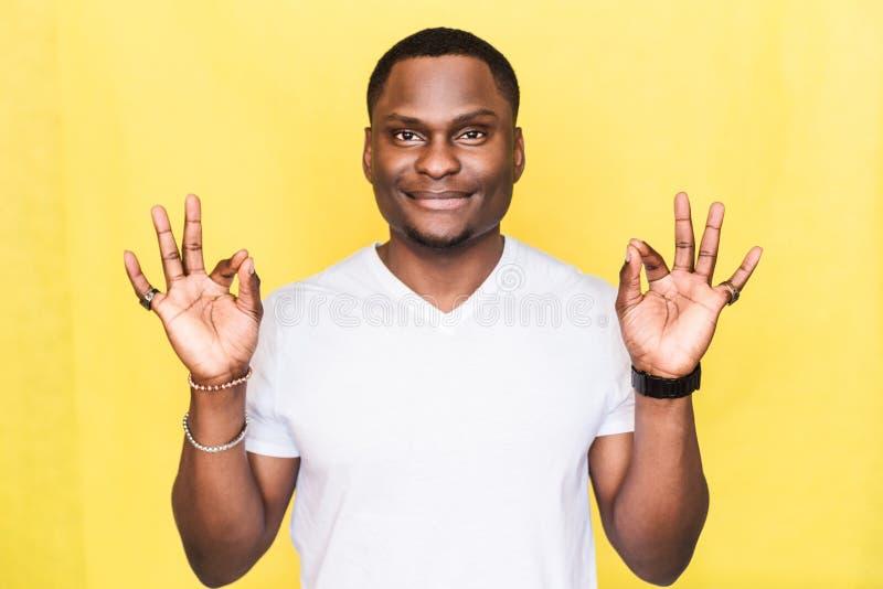 De knappe Afrikaanse Amerikaanse mens toont o.k. teken Kinetisch gedragconcept royalty-vrije stock foto
