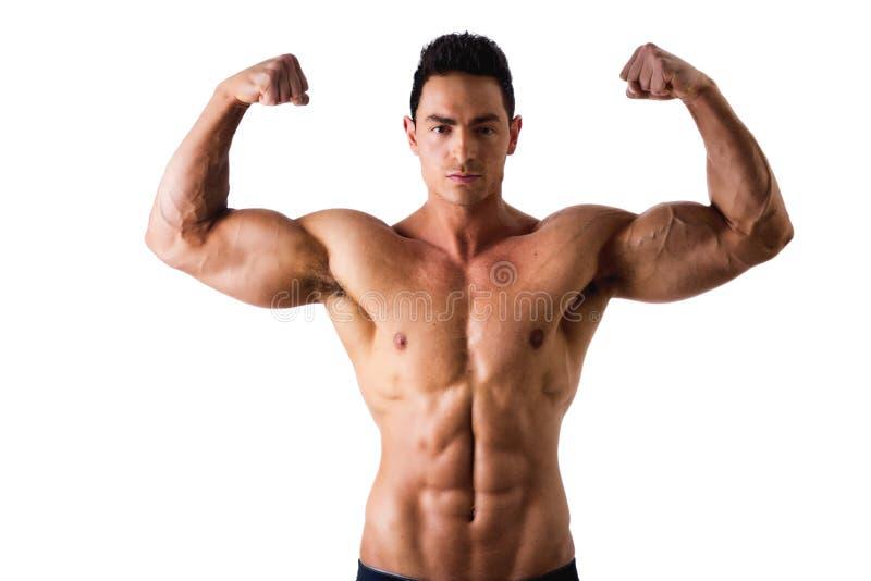 De knappe bodybuilder die bicepsen doen stelt, geïsoleerd stock foto's