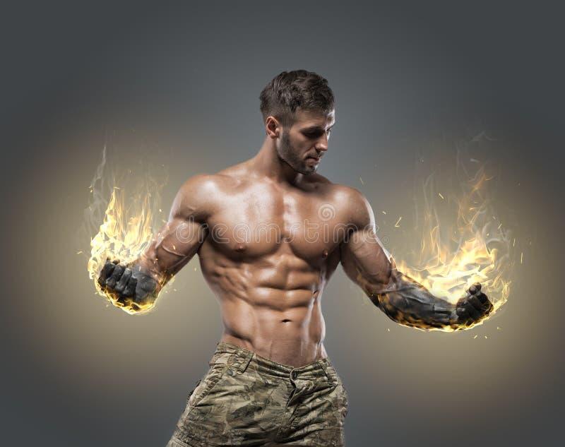 De knappe bodybuilder van de machts atletische mens royalty-vrije stock afbeelding