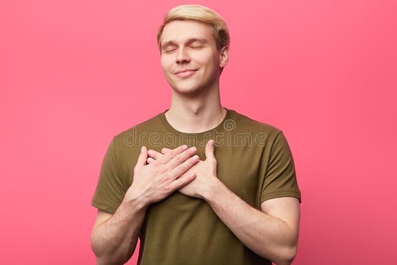 De knappe emotionele mens drukt zijn positief gevoel, liefde uit royalty-vrije stock afbeeldingen