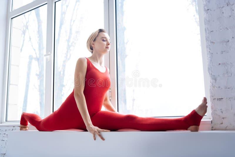 De knappe flexibele vrouw die van Nice de spleten doen royalty-vrije stock foto's