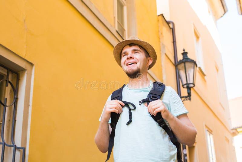 De knappe gebaarde toerist met rugzak maakt reis over stad royalty-vrije stock foto