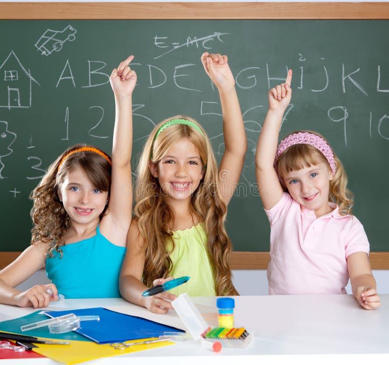 De knappe groep van de jonge geitjesstudent bij schoolklaslokaal stock foto