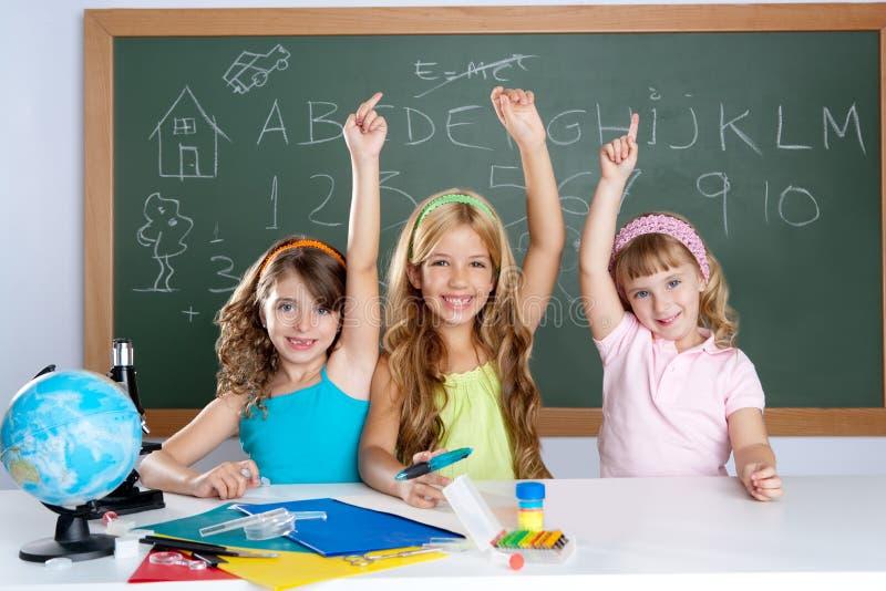 De knappe groep van de jonge geitjesstudent bij schoolklaslokaal royalty-vrije stock afbeeldingen