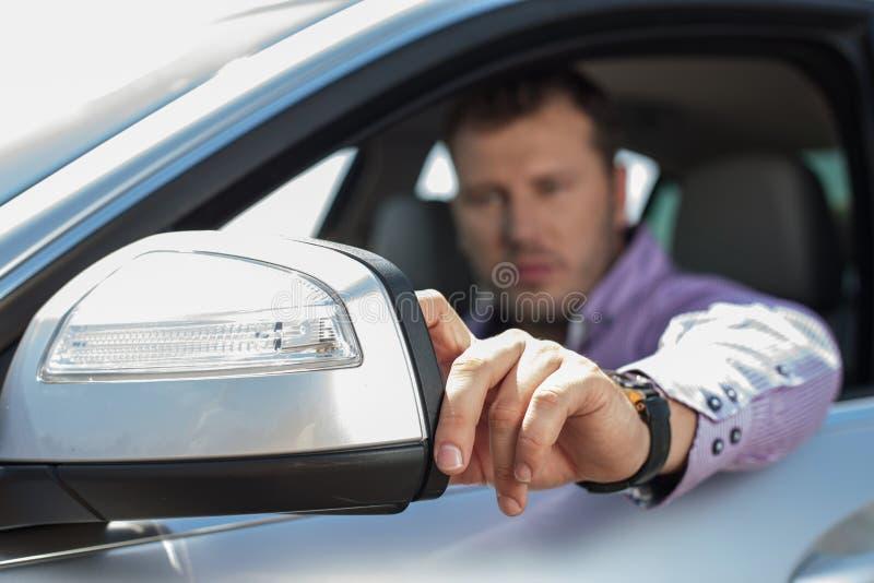 De knappe jonge mens drijft zijn voertuig royalty-vrije stock afbeeldingen
