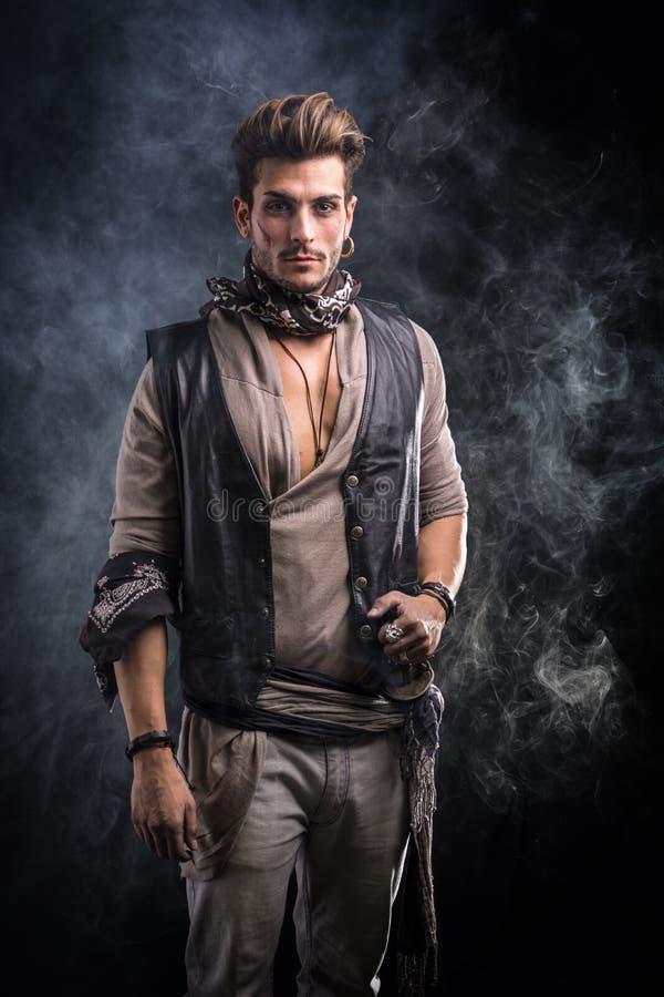 De knappe Jonge Mens kleedde zich in de Uitrusting van de Piraatmanier royalty-vrije stock fotografie