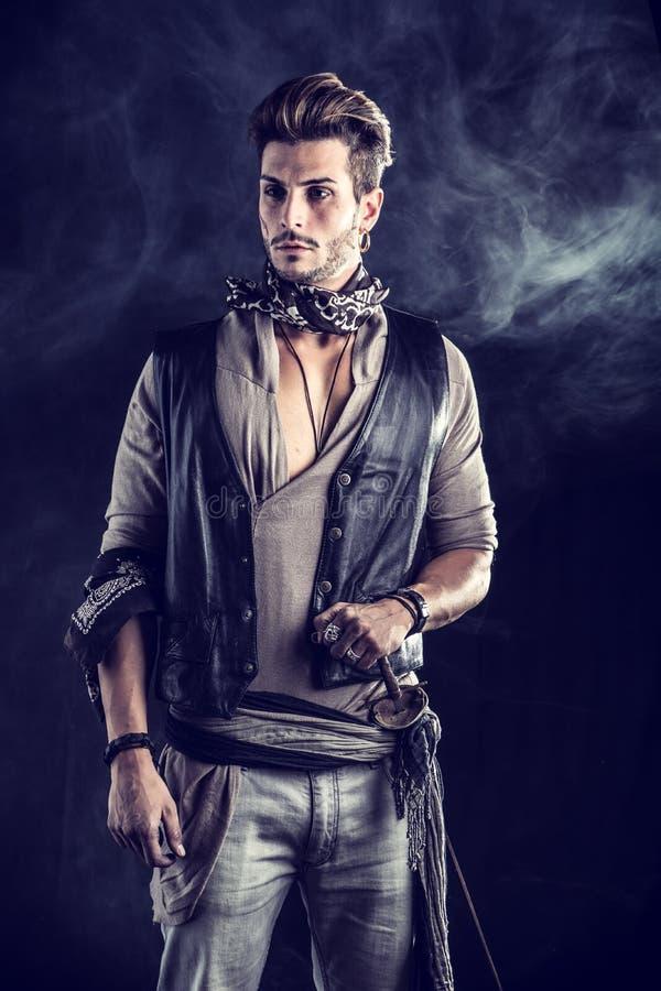 De knappe Jonge Mens kleedde zich in de Uitrusting van de Piraatmanier royalty-vrije stock foto's