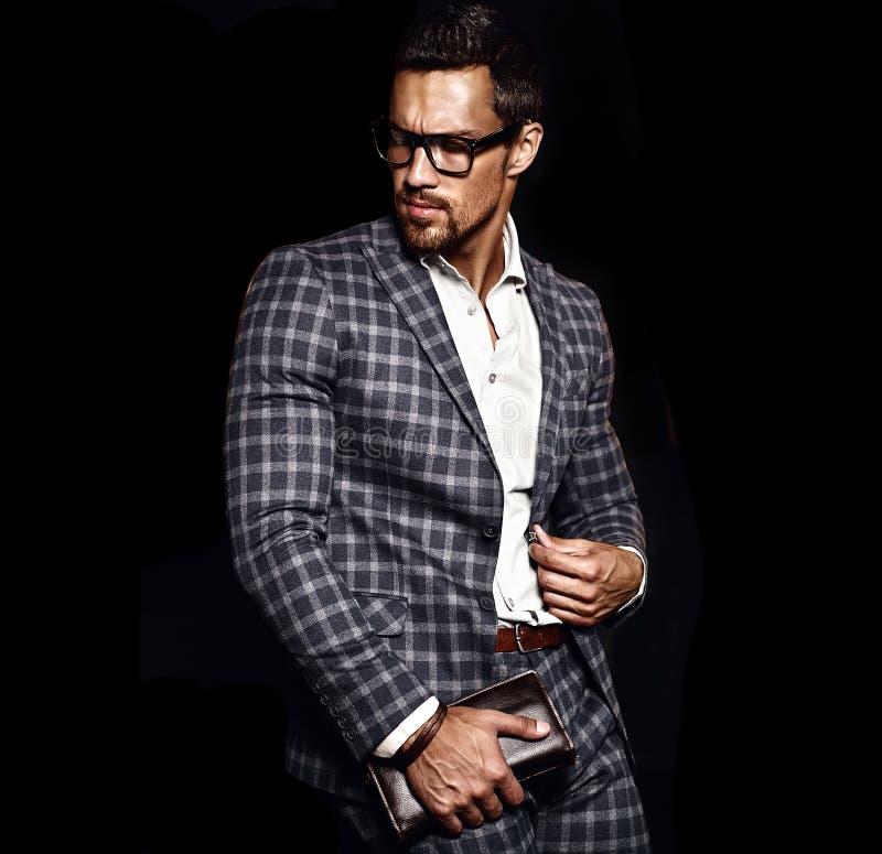 De knappe manier mannelijke modelmens kleedde zich in elegant kostuum royalty-vrije stock afbeelding