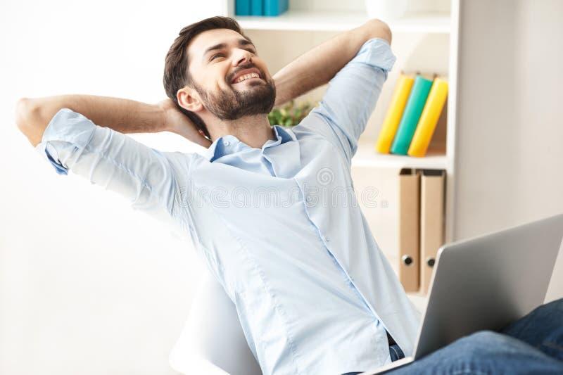 De knappe mannelijke arbeider rust met vreugde stock foto