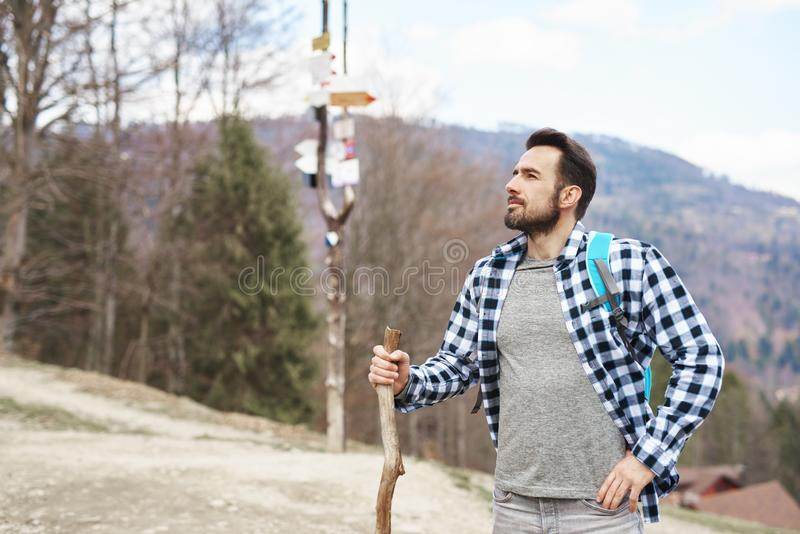 De knappe mens backpacking in de bergen royalty-vrije stock foto's