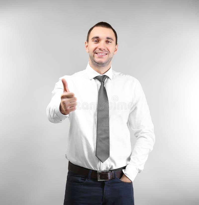 De knappe mens die duim tonen ondertekent omhoog royalty-vrije stock foto