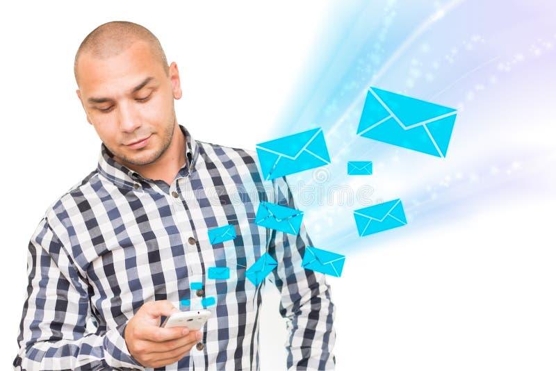 De knappe mens die smartphone gebruiken voor ontvangt en verzendt sms stock afbeelding