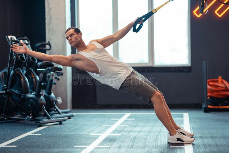 De knappe mens die van Nice de oefeningen van de lichaamsweerstand doen royalty-vrije stock foto