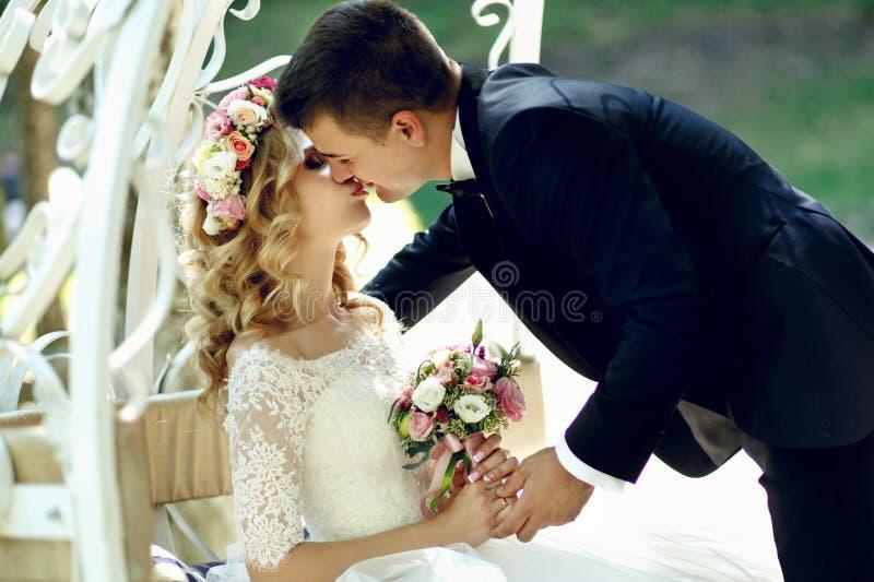 De knappe mooie bruid van het bruidegom kussende blonde in magische fee t royalty-vrije stock fotografie