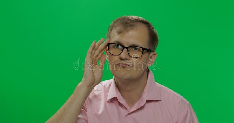 De knappe nadenkende mens in roze overhemd denkt over iets Twee in: 1 stock afbeelding
