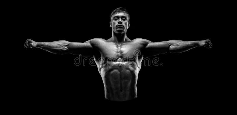 De knappe spier en bodybuilder die bewapent outstretch stellen houden stock afbeeldingen